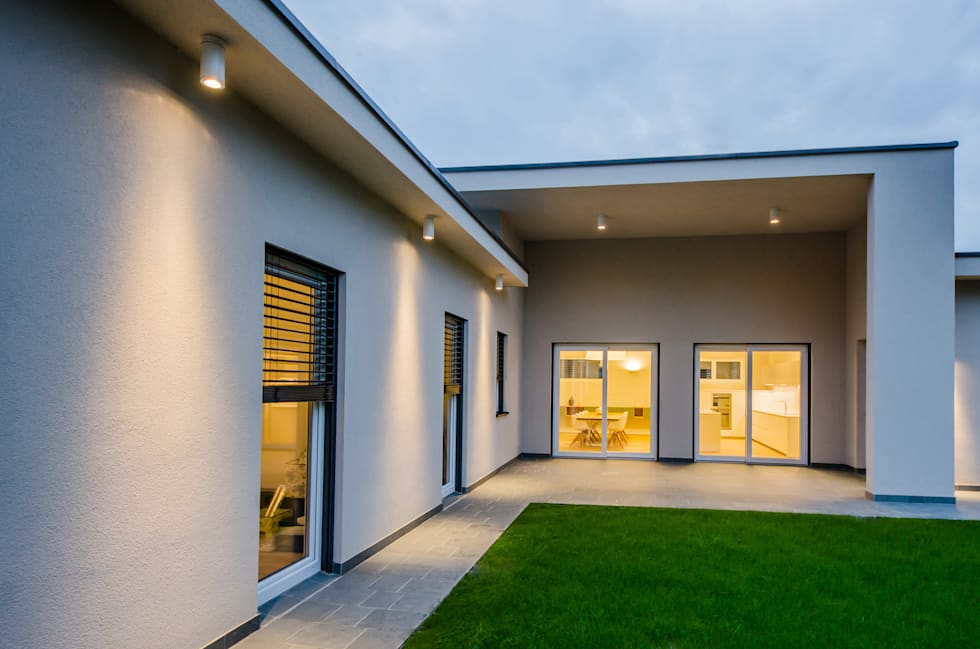 Villa Sca01: Case in stile in stile Moderno di Pilkelab