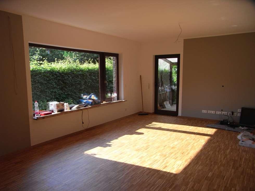 Das Wohnzimmer Erhielt Sandfarbene Wände Und Ebenso Den  Industrielamellenholzboden.: Moderne Wohnzimmer Von Grandi+
