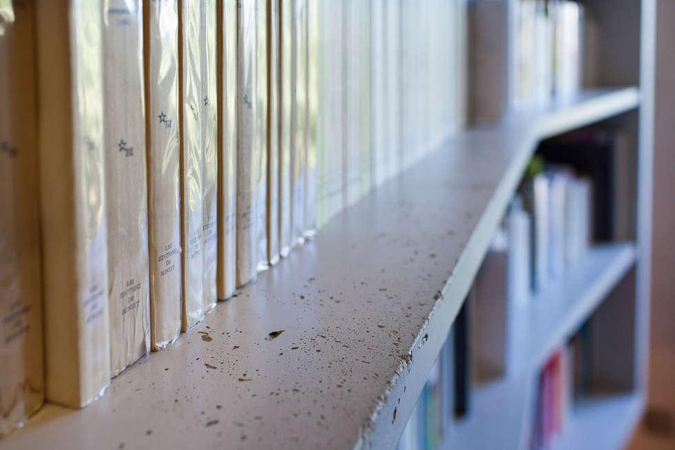 Concrete Flat: Couloir et hall d'entrée de style  par Concrete LCDA