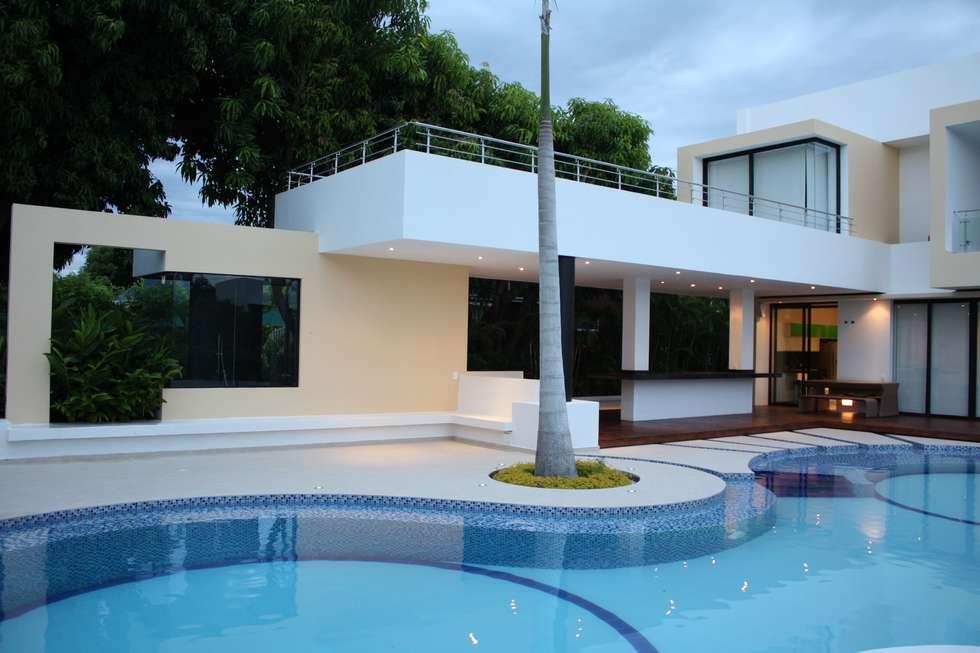 Area Social Piscina ubicada en la fachada posterior.: Casas de estilo moderno por Camilo Pulido Arquitectos