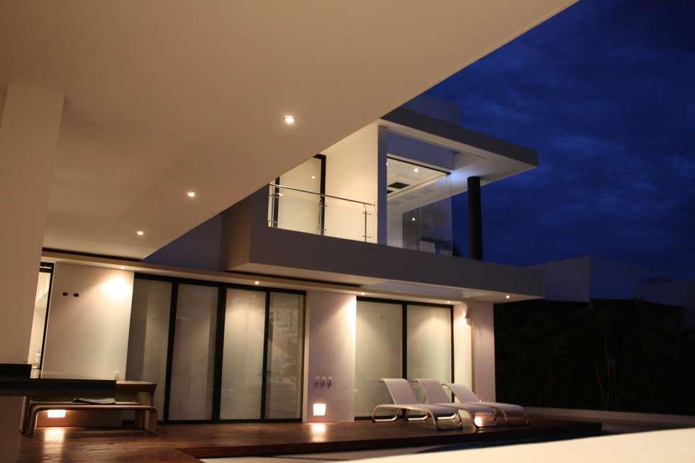Detalle arquitectonico vista nocturna fachada posterior.: Casas de estilo moderno por Camilo Pulido Arquitectos