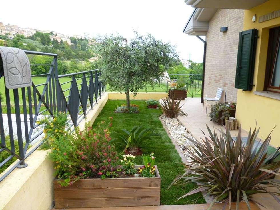 Foto di giardino in stile in stile moderno : villetta a schiera  homify