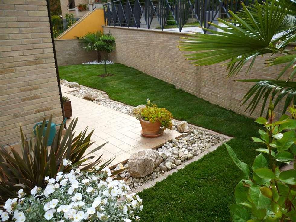 Villetta a schiera giardino in stile in stile moderno di - Giardini di villette ...