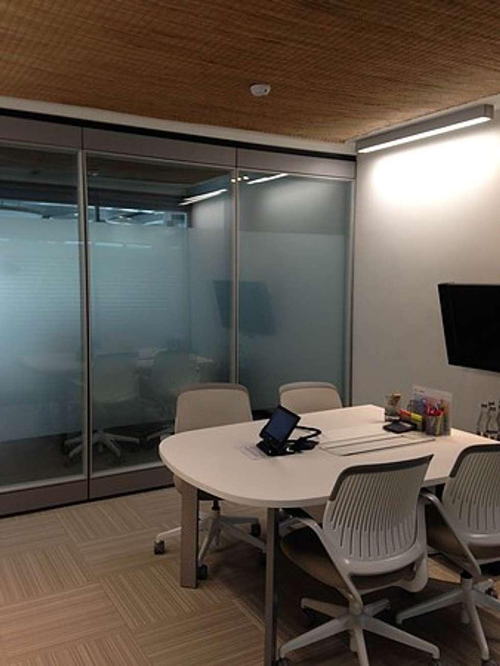 Sala de Juntas: Salas multimedia de estilo ecléctico por CHIMI