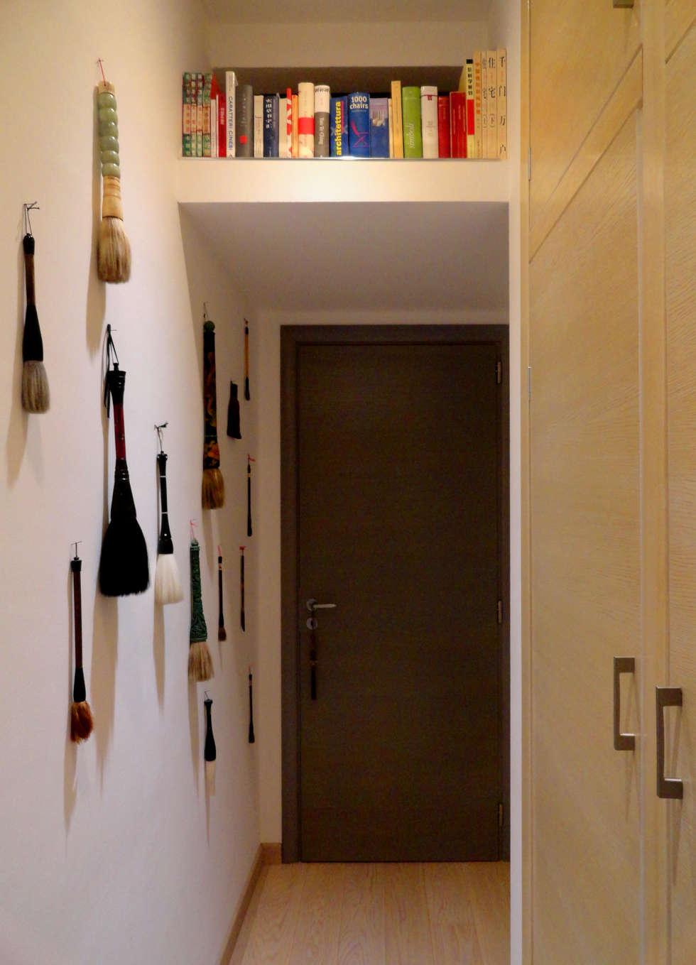 Ogni cosa al suo posto!: Ingresso & Corridoio in stile  di The Creative Apartment