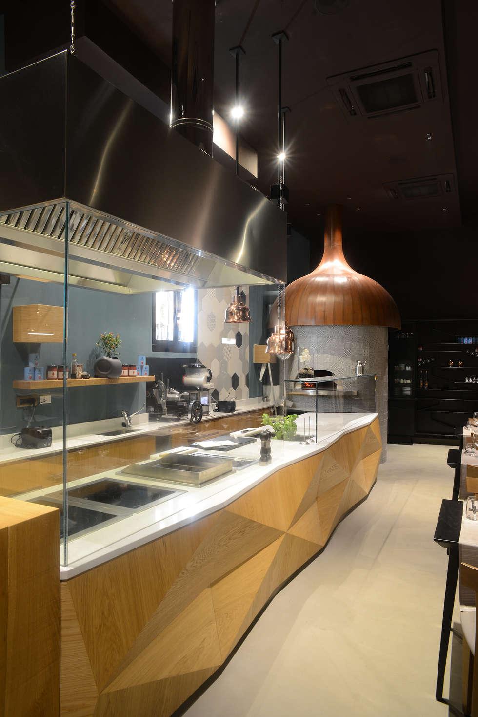 Bancone e preparazione a vista: Negozi & Locali commerciali in stile  di Studio Atelier di Silvana Barbato
