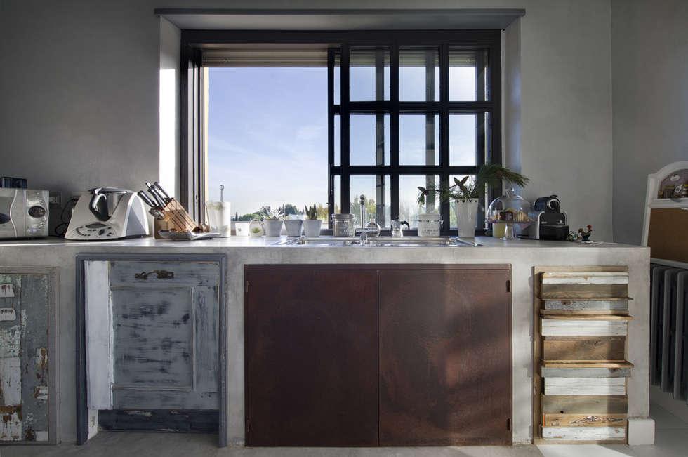 Cucina con Fantasma: Cucina in stile in stile Eclettico di Laquercia21