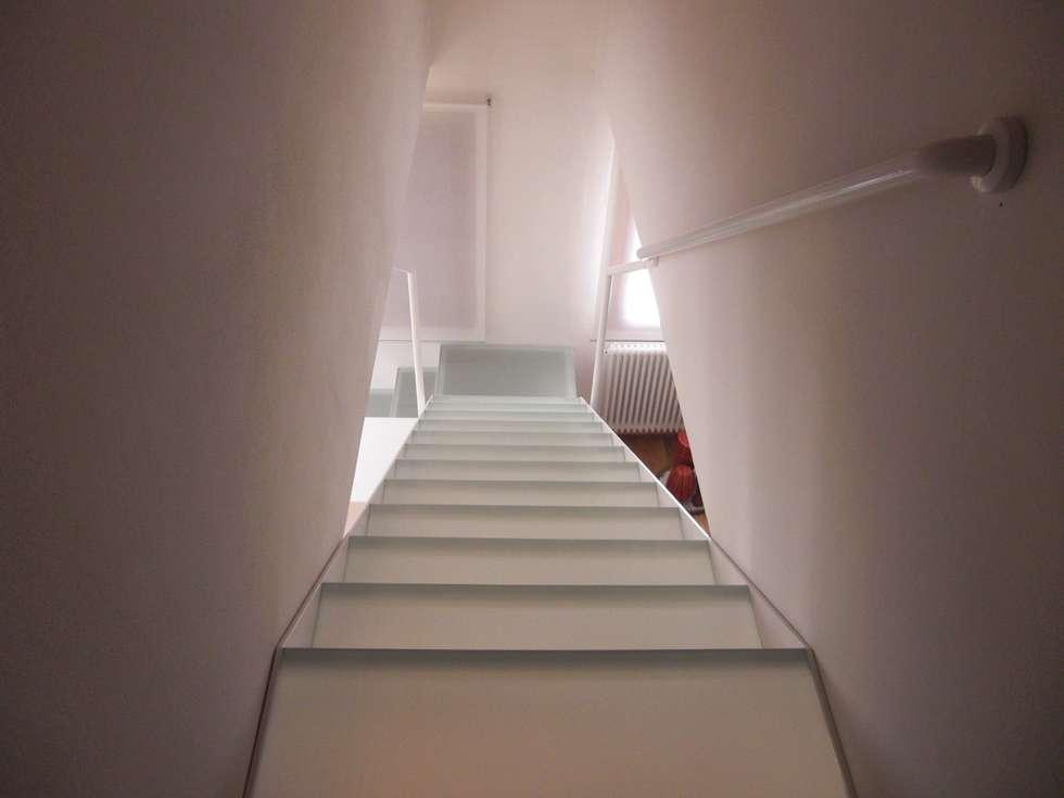 Stato dell'immobile a intervento concluso - Scala in acciaio e vetro: Ingresso & Corridoio in stile  di VIQUADRO