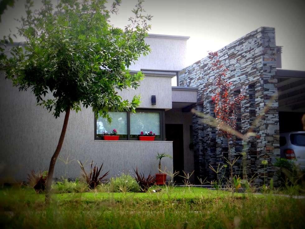 Acceso principal: Casas de estilo moderno por VYC Arquitectura