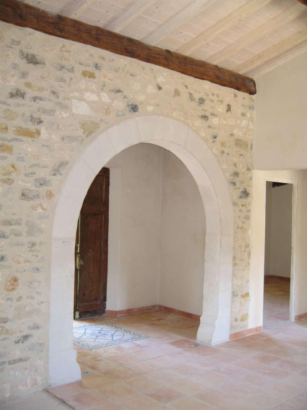Arche en pierre naturelle: Couloir et hall d'entrée de style  par BATIR AU NATUREL