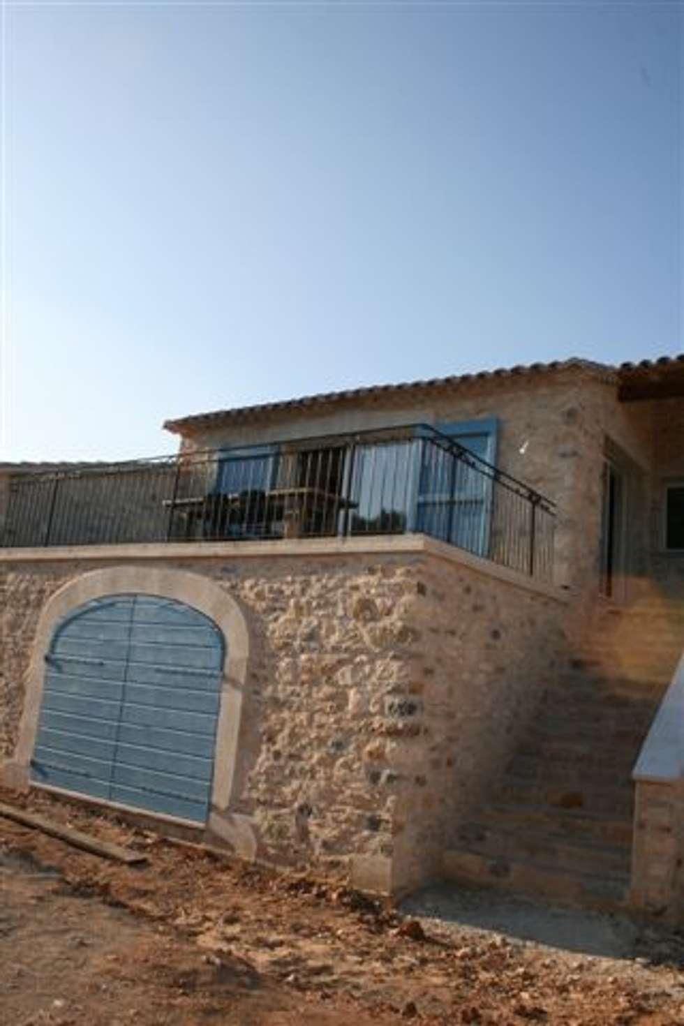 Villa en pierres naturelles: Maisons de style de style Méditerranéen par BATIR AU NATUREL