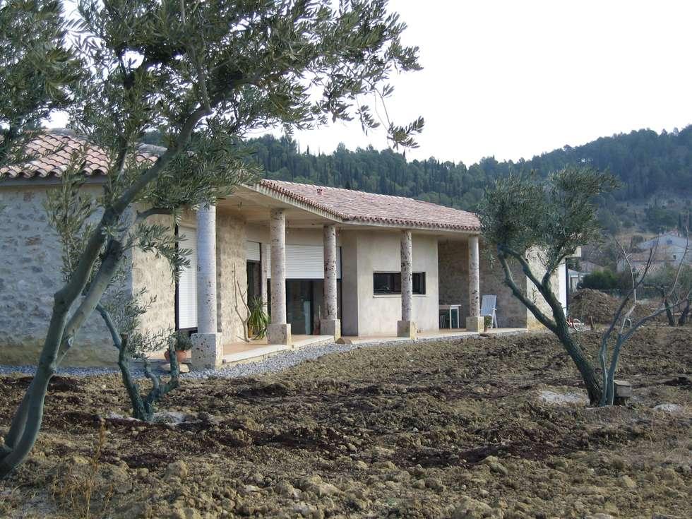 Villa en pierres naturelles: Maisons de style de style Moderne par BATIR AU NATUREL