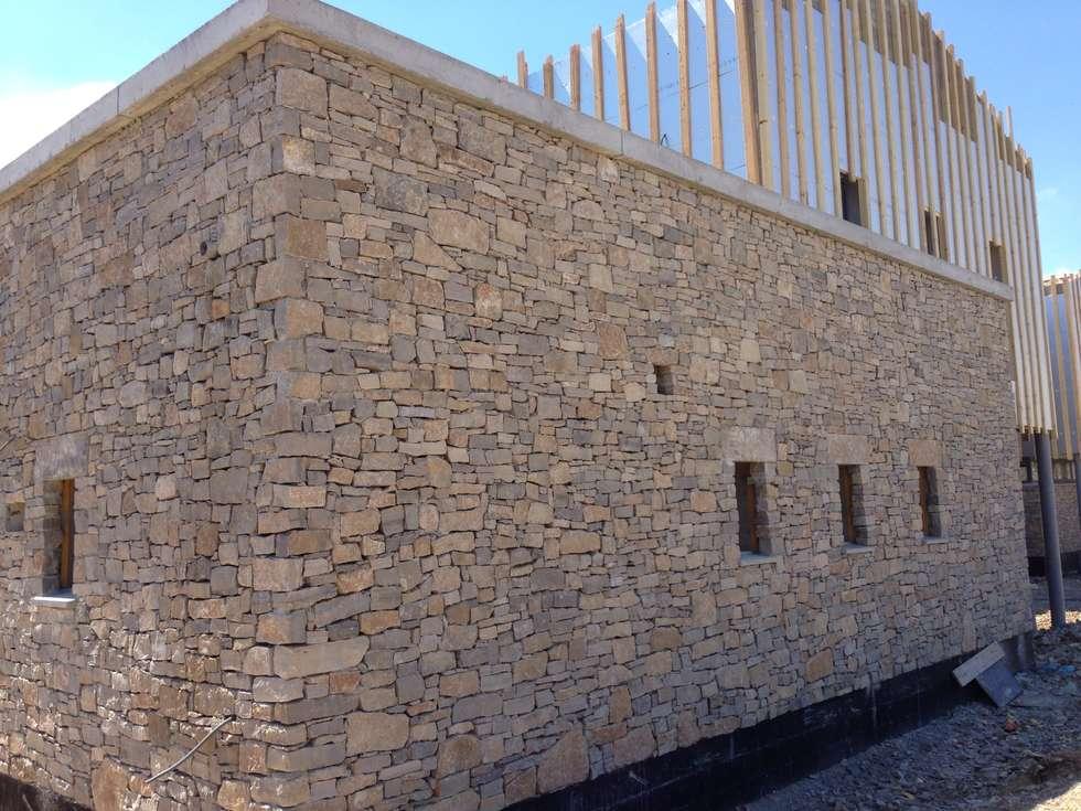 Habillage de murs en pierre naturelle: Ecoles de style  par BATIR AU NATUREL