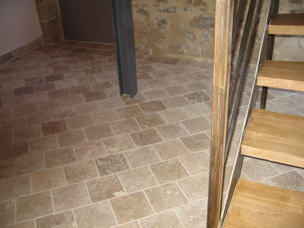 Sol en pierre: Couloir et hall d'entrée de style  par BATIR AU NATUREL