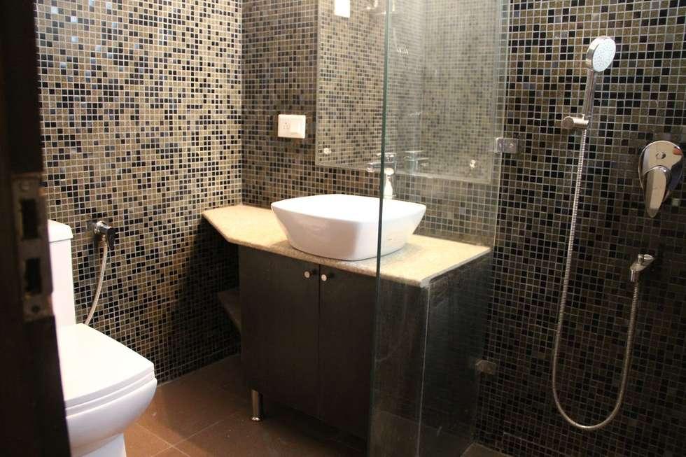Chand Residence: modern Bathroom by Studio Ezube