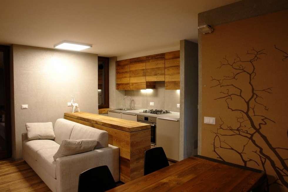 Appartamento sulle piste da sci: Cucina in stile in stile Moderno di coutanstudio