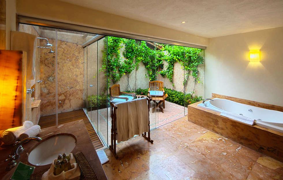 Baños de estilo tropical de José Vigil Arquitectos