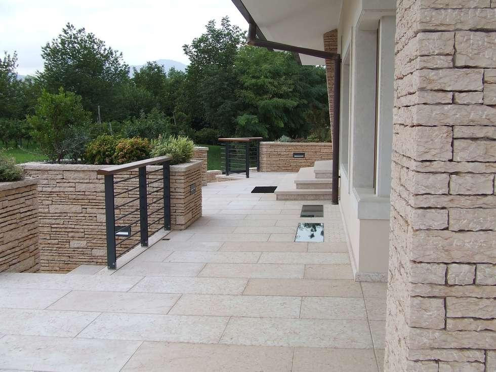 Vista terrazza esterna: Terrazza in stile  di STUDIO DI ARCHITETTURA VERGILIO BURELLO