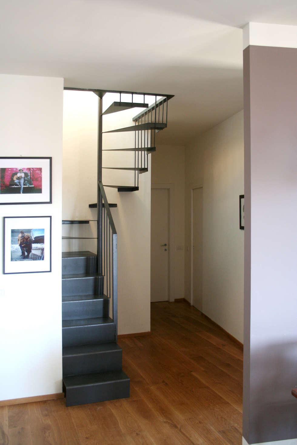 Scala in ferro: Ingresso & Corridoio in stile  di Atelier delle Verdure