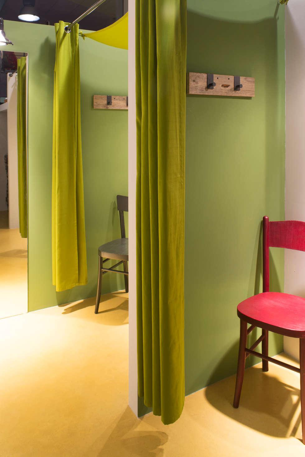 kamp 3000 negozio di outdoor a Reggio Emilia: Negozi & Locali commerciali in stile  di chiara gandolfi architetto