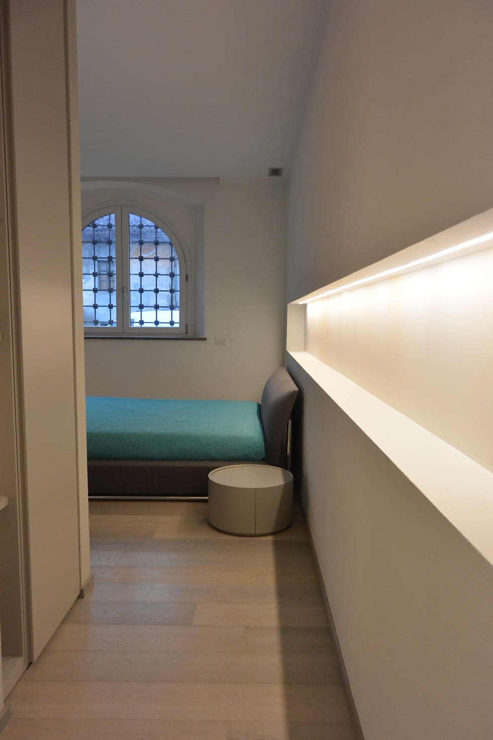 La camera da letto : Camera da letto in stile in stile Moderno di Emmeti Srl