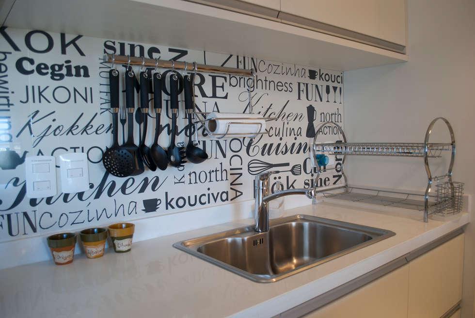 Pequeños espacios grandes soluciones: Cocinas de estilo ecléctico por Diseñadora Lucia Casanova