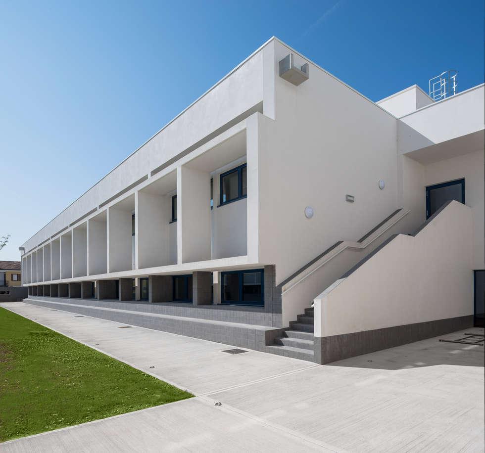 Pavimentazione esterna in Pavilux™: Scuole in stile  di Isoplam S.r.l.