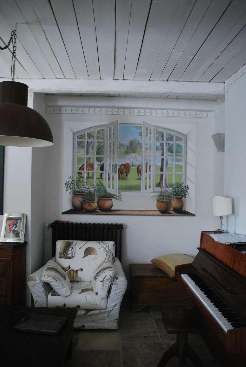 Il trompe l'oeil a tema ippico: Soggiorno in stile in stile Rustico di Ghirigori Lab di Arianna Colombo