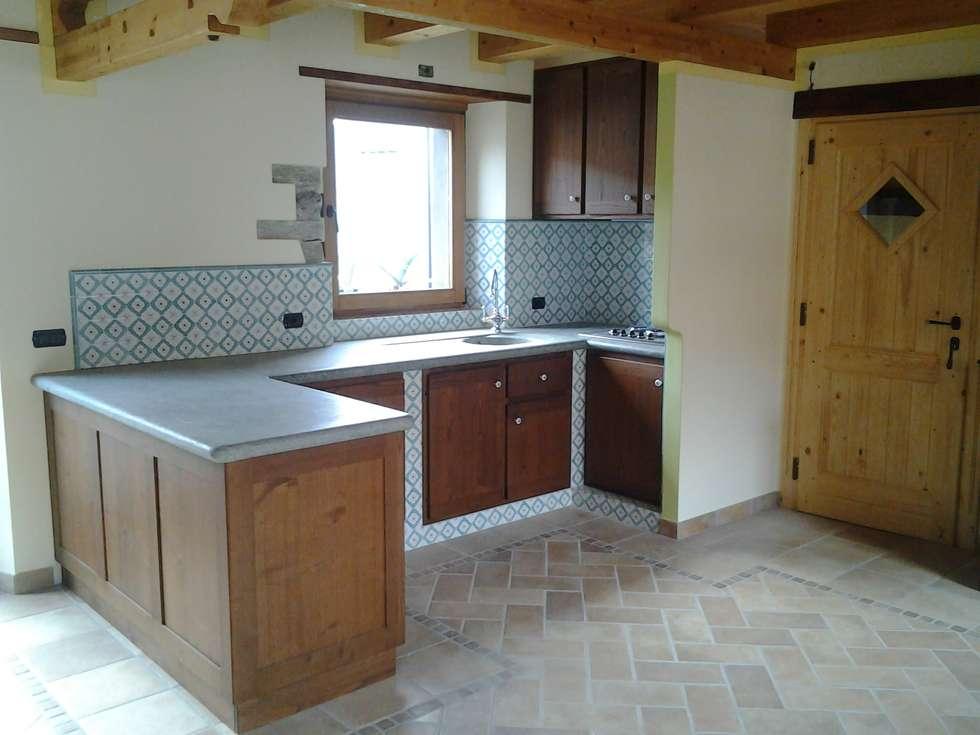 Visione d'insieme lavoro finito: Cucina in stile in stile Rustico di Artelegno Snc