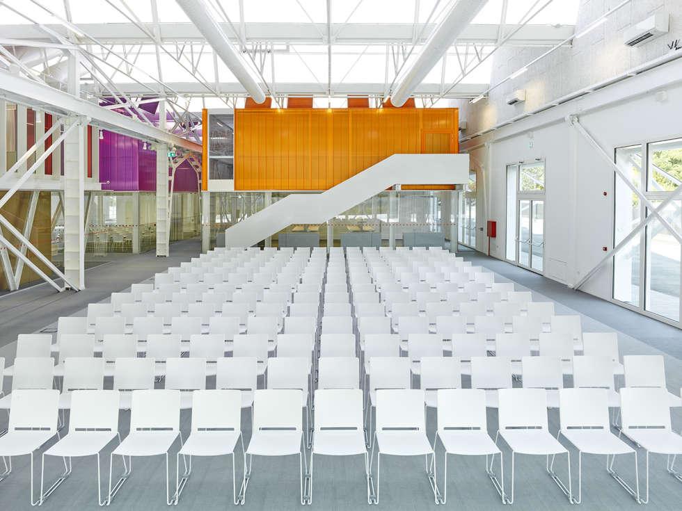 Fondazione Golinelli sceglie le sedie impilabili Multi: Centri congressi in stile  di IBEBI Design