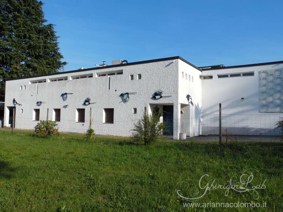 Visione d'insieme della facciata a lavoro terminato: Case in stile in stile Moderno di Ghirigori Lab di Arianna Colombo
