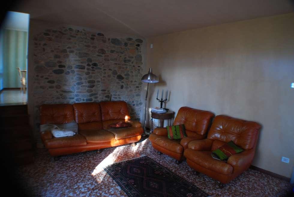Velatura color sabbia per le pareti del salotto: Soggiorno in stile in stile Rustico di Ghirigori Lab di Arianna Colombo