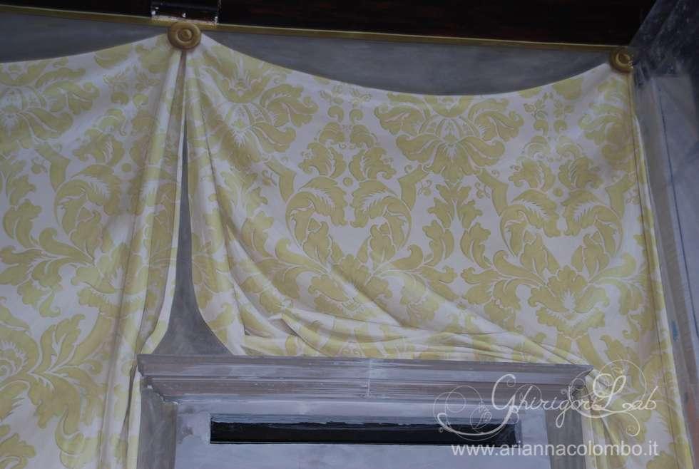 Tenda damascata dipinta a trompe l'oeil , particolare : Pareti in stile  di Ghirigori Lab di Arianna Colombo