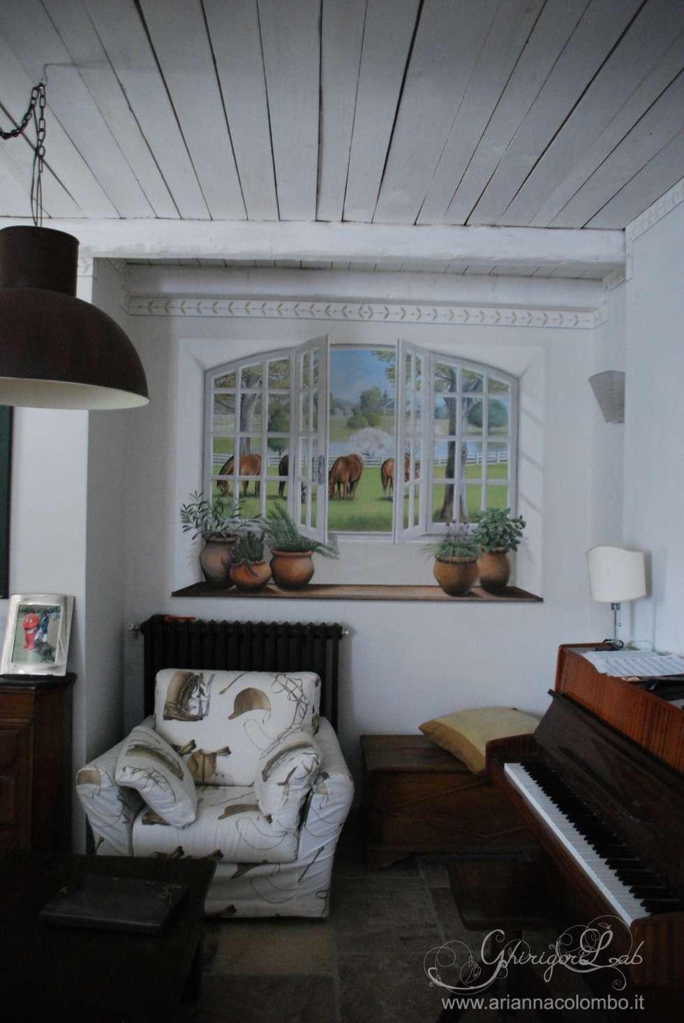 Finestra con paesaggio inglese e cavalli e mensola con erbe aromatiche : Pareti in stile  di Ghirigori Lab di Arianna Colombo