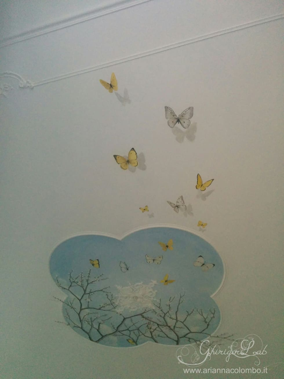 Cielo, rami di pesco e farfalle su soffitto con stucchi : Pareti in stile  di Ghirigori Lab di Arianna Colombo