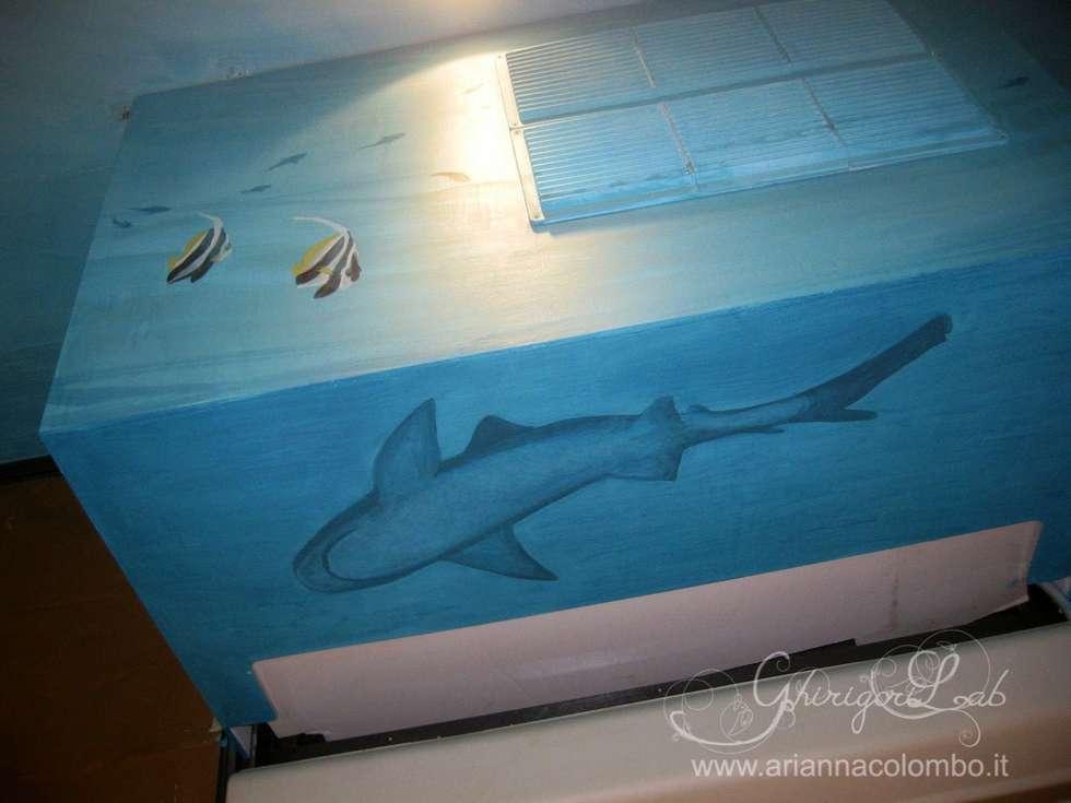 fondale marino, squalo : Pareti in stile  di Ghirigori Lab di Arianna Colombo