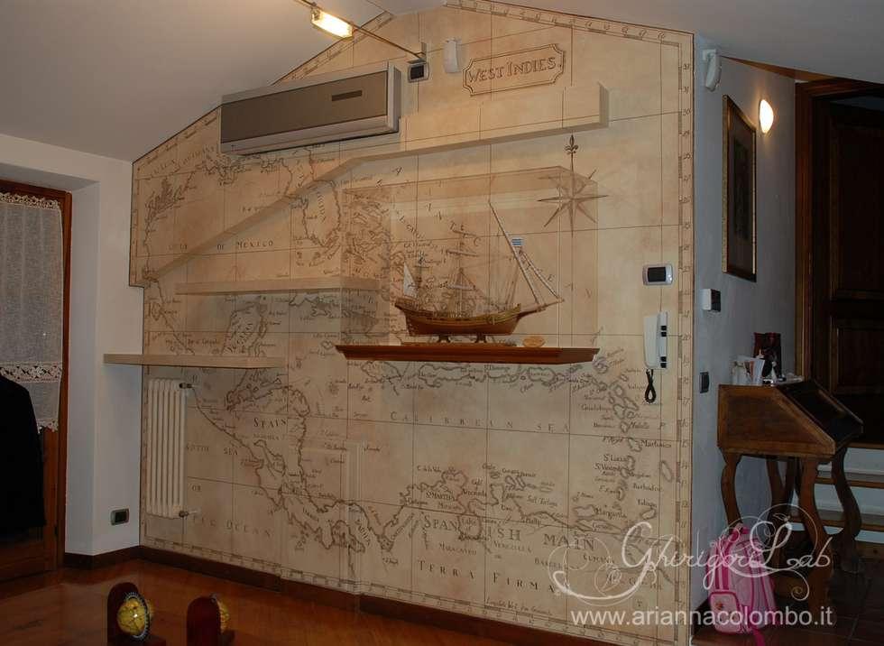 Parete con antica carta geografica : Pareti in stile  di Ghirigori Lab di Arianna Colombo