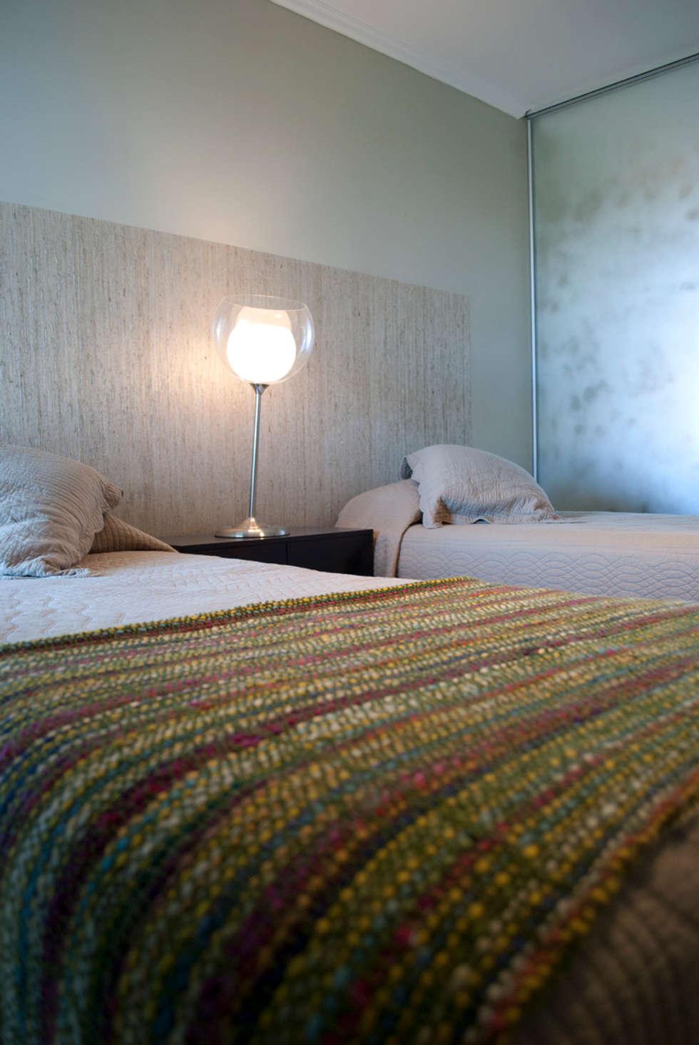 Textura luz y color: Dormitorios de estilo ecléctico por Diseñadora Lucia Casanova