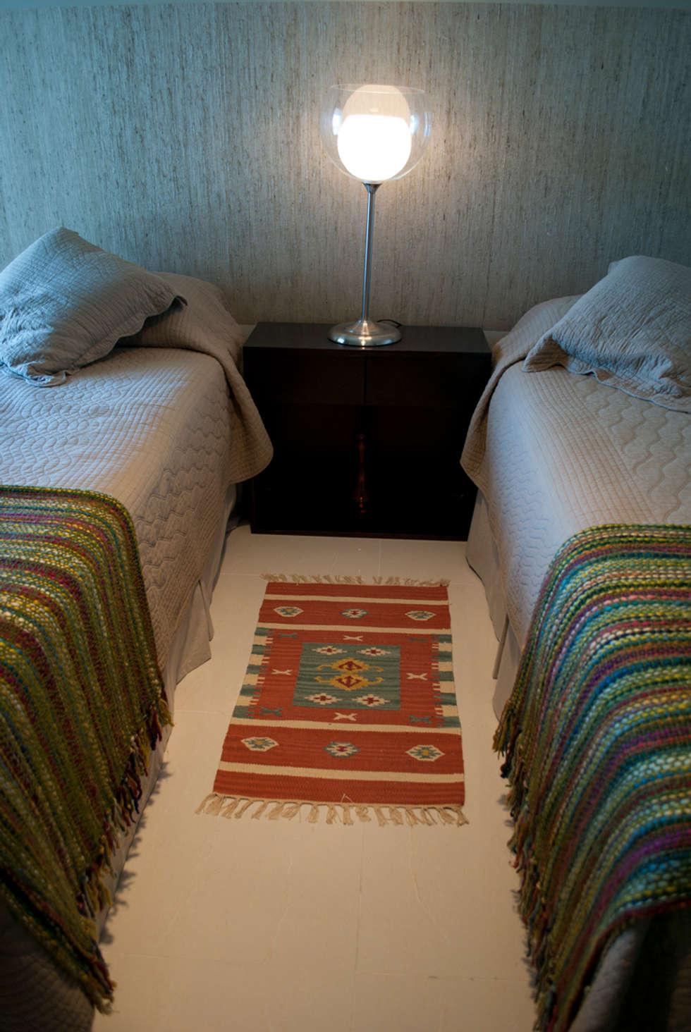 Aprovechando espacios: Dormitorios de estilo ecléctico por Diseñadora Lucia Casanova