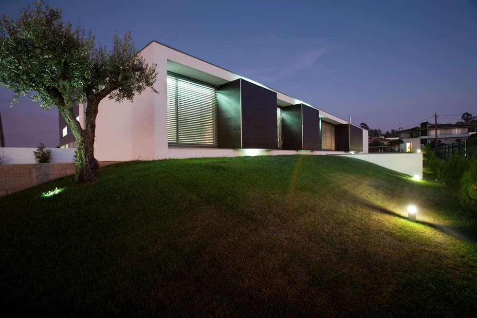 casa na Trofa: Casas modernas por aaph, arquitectos lda.