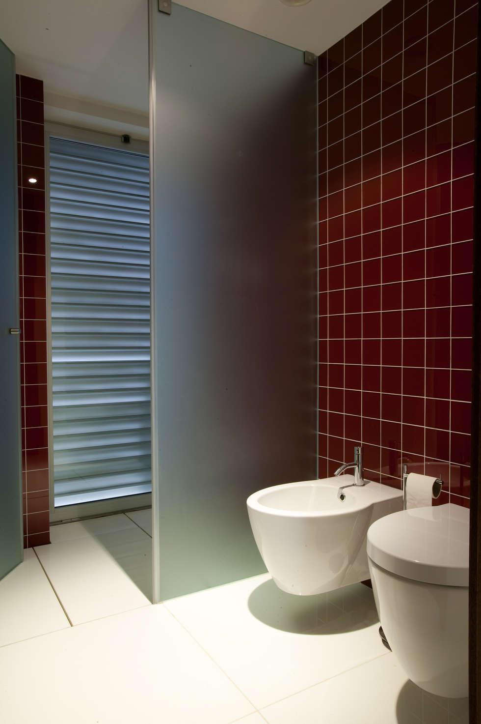 casa na trofa: Casas de banho modernas por aaph, arquitectos lda.