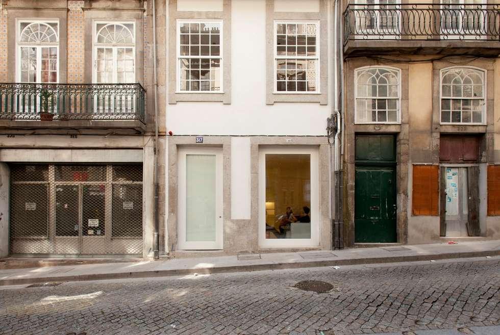 Porto Lounge Hostel: Casas modernas por aaph, arquitectos lda.