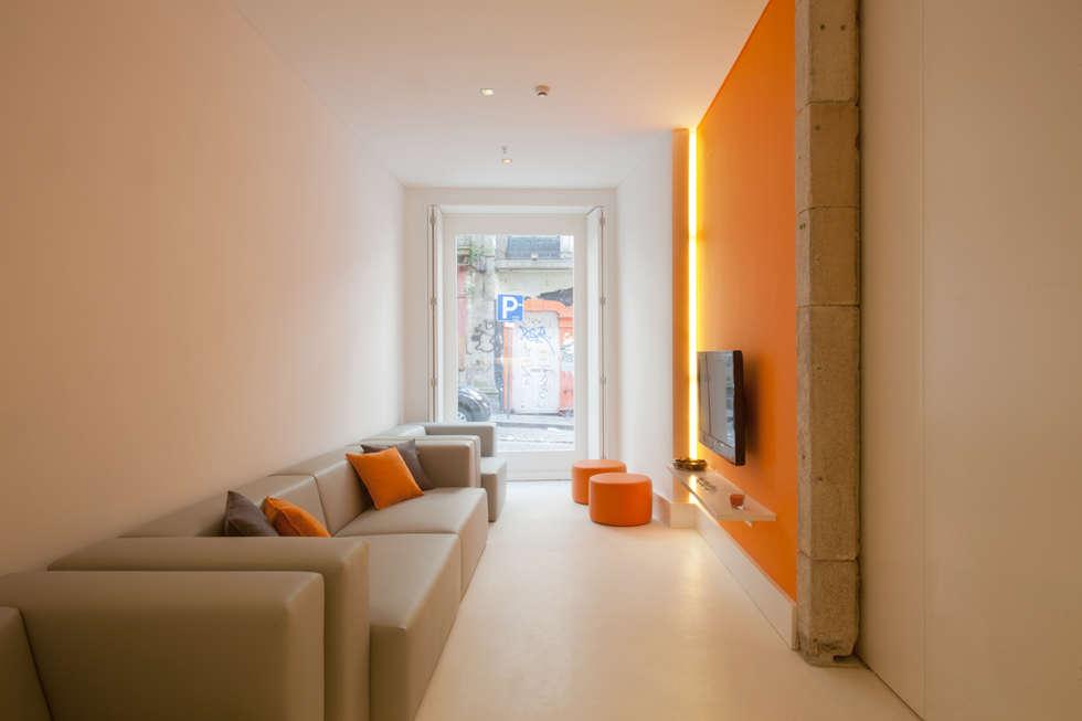 Porto Lounge Hostel: Salas de estar modernas por aaph, arquitectos lda.