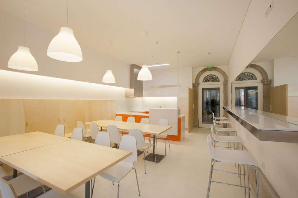 Porto Lounge Hostel: Salas de jantar modernas por aaph, arquitectos lda.