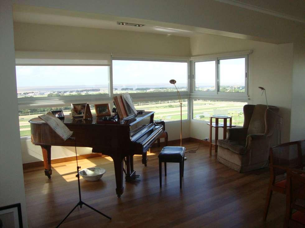 Piano en balcón!: Livings de estilo moderno por Hargain Oneto Arquitectas
