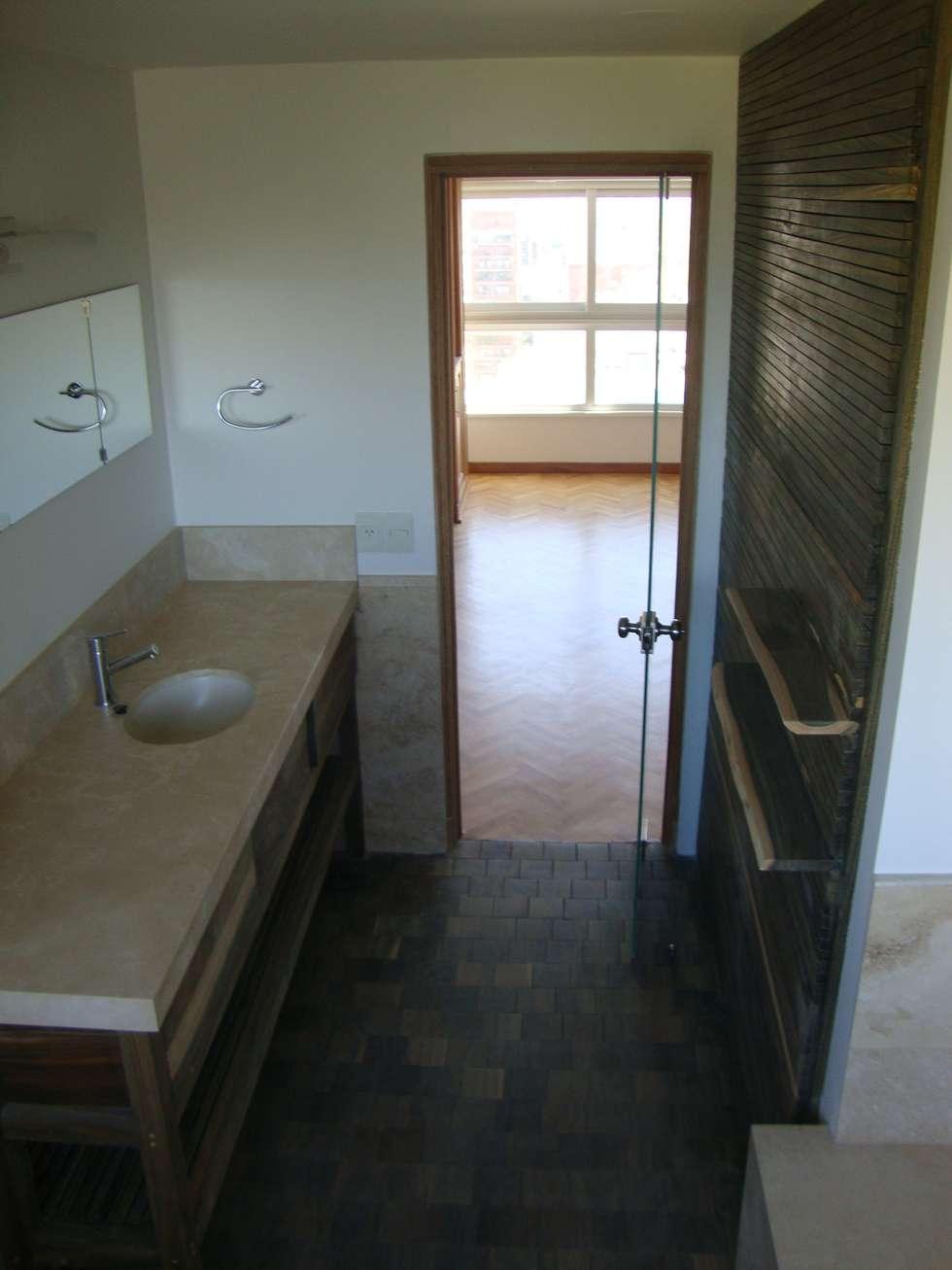 Baño en Madera Palo Santo marmol de Travertino: Baños de estilo moderno por Hargain Oneto Arquitectas
