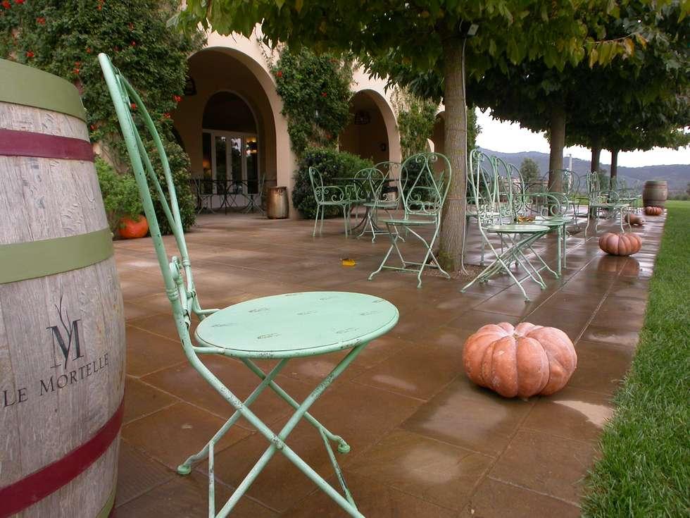 Pavimentazione in Pietra Santafiora alla fattoria Le Mortelle: Sedi per eventi in stile  di FROSINI PIETRE SRL