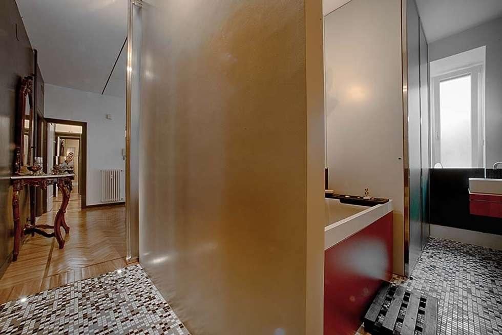 zona notte: veduta del bagno dal disimpegno: Bagno in stile in stile Moderno di Altro_Studio