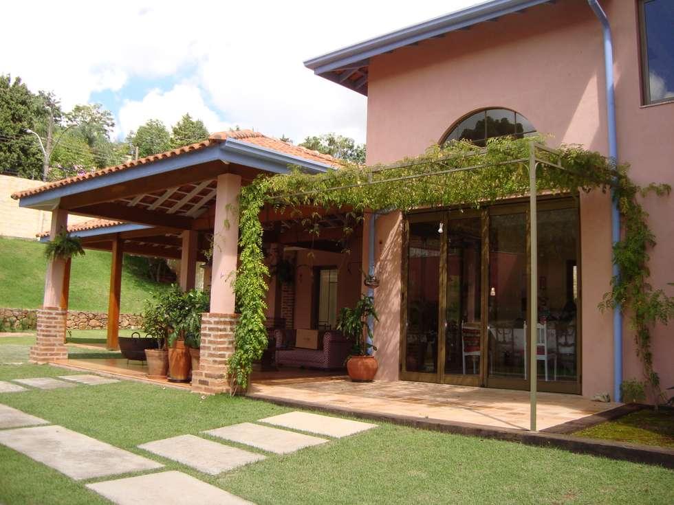 Residência no Jardim Santa Helena: Casas campestres por Bia Maia & Guta Carvalho Arquitetura, Design e Paisagismo