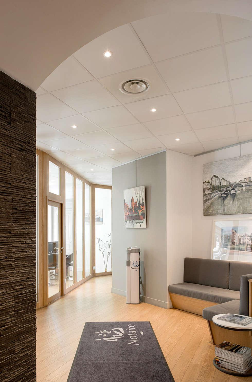 Couloir menant à la salle d'attente de l'étude notariale: Couloir et hall d'entrée de style  par réHome